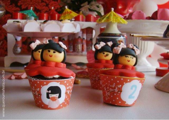 cupcakes kokeshi, decoração festa kokeshi, enfeites festa kokeshi, festa kokeshi personalizada, festa kokeshi para imprimir, kit festa kokeshi, rótulos festa kokeshi, festa kokeshi fofa, festa kokeshi em casa, convite festa kokeshi